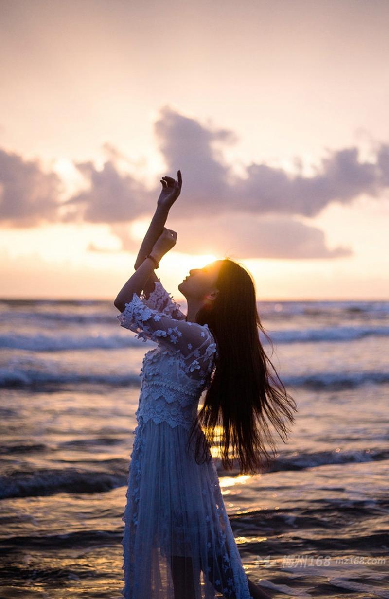 清新妹子长裙蕾丝白纱海边唯美起舞