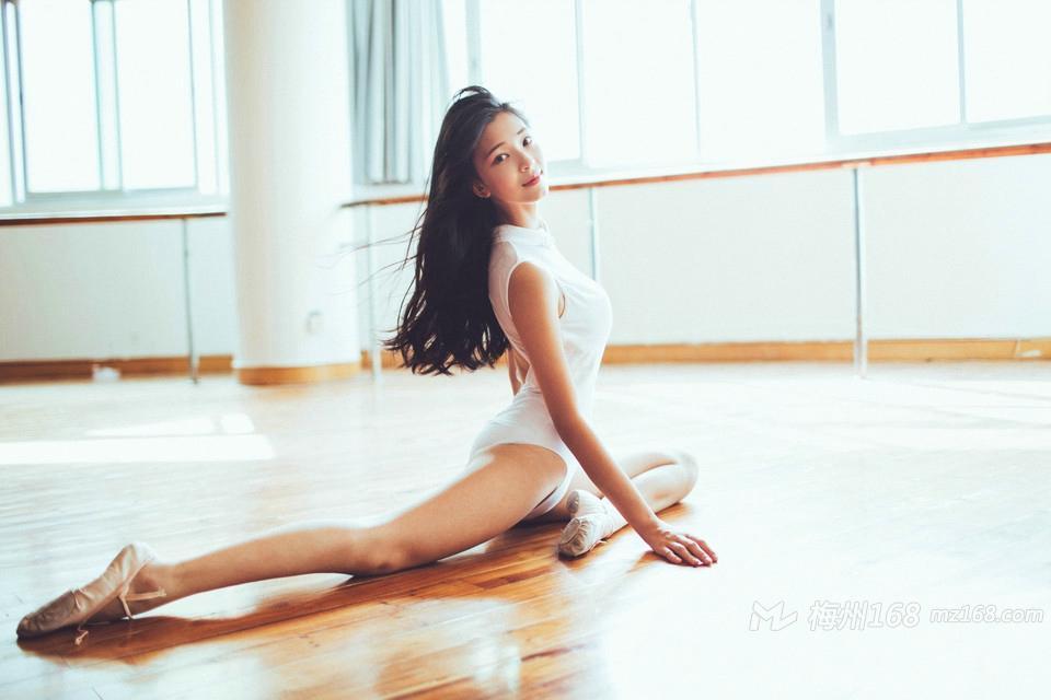 会跳舞的女孩身材姣好动作优美气质迷人
