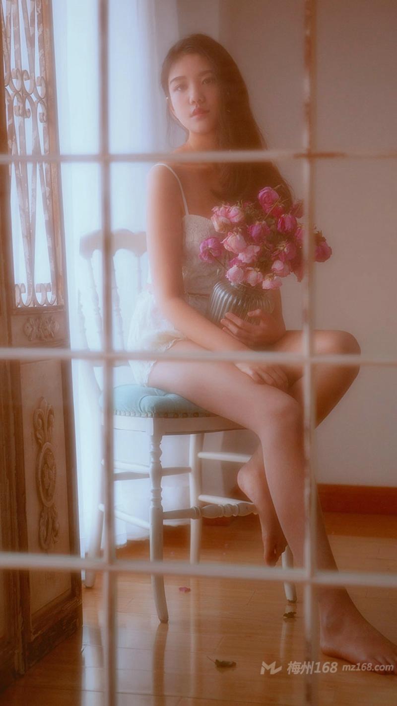 花季少女吊带背心小性感私房照