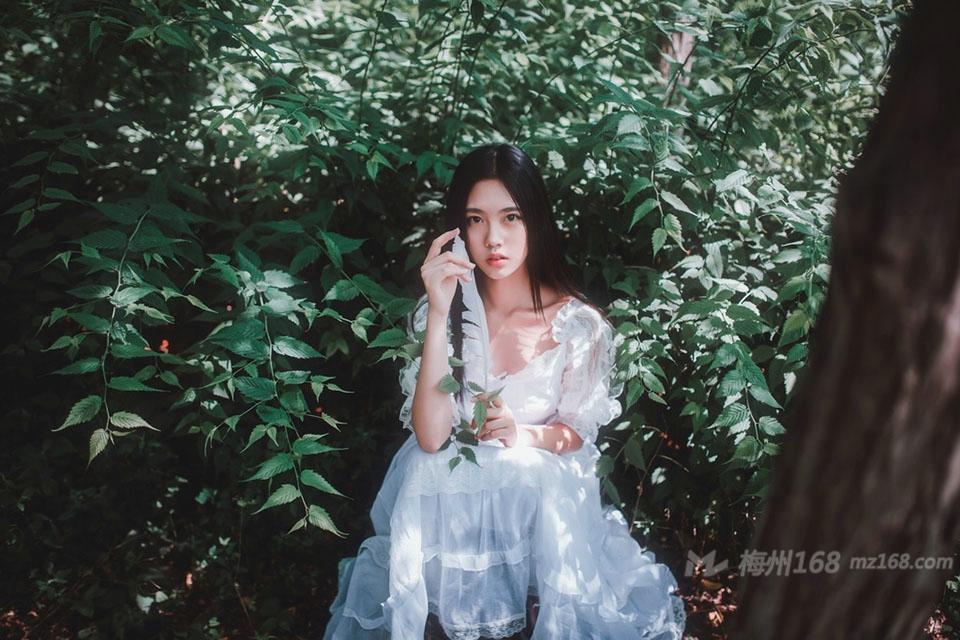 森林户外气质素颜女生清新唯美写真