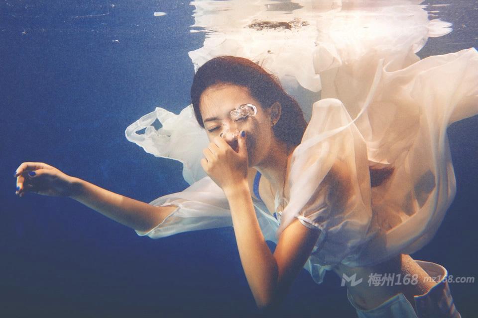 水中美人鱼绝美身材演绎唯美写真
