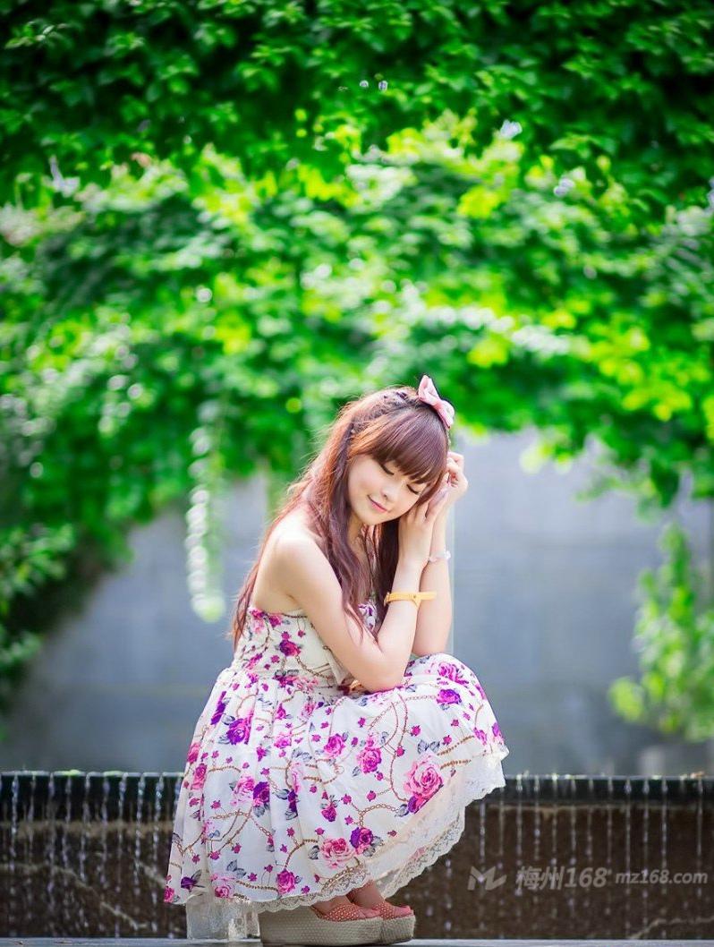 清纯白皙邻家小妹户外长裙甜美写真
