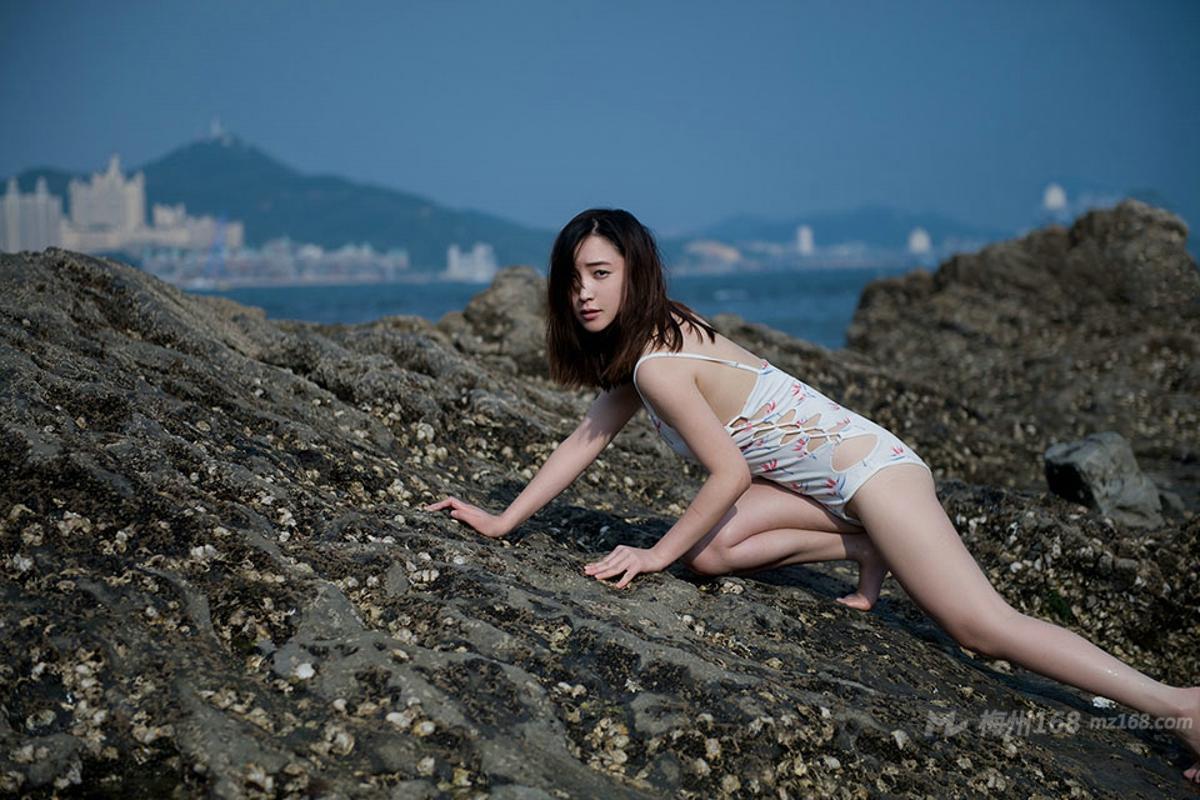 海岸边现性感美人鱼比基尼写真