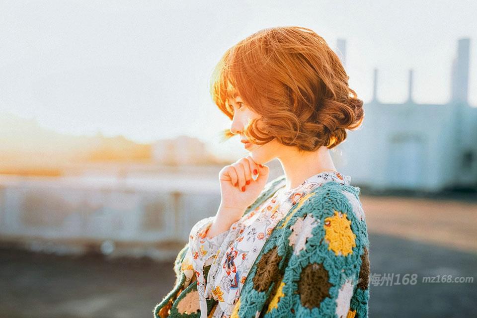 温暖阳光下的卷发可爱妹子笑容灿烂美丽动人