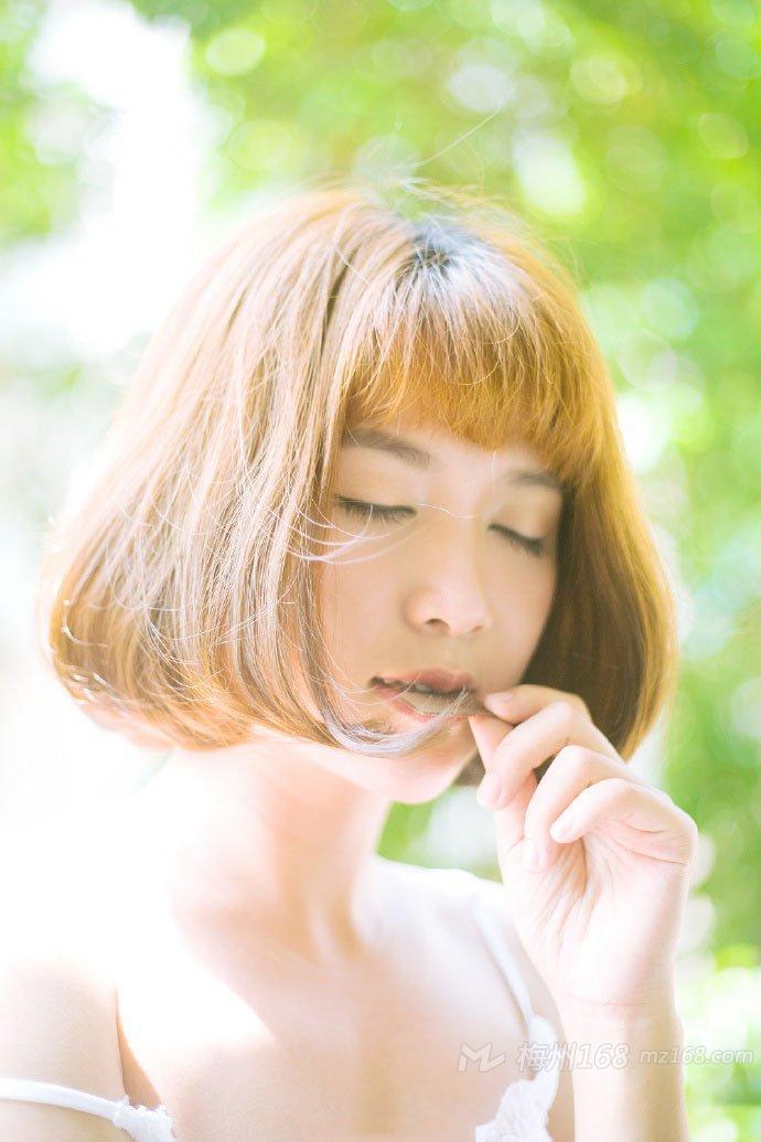 可爱短发少女清新动人树林写真