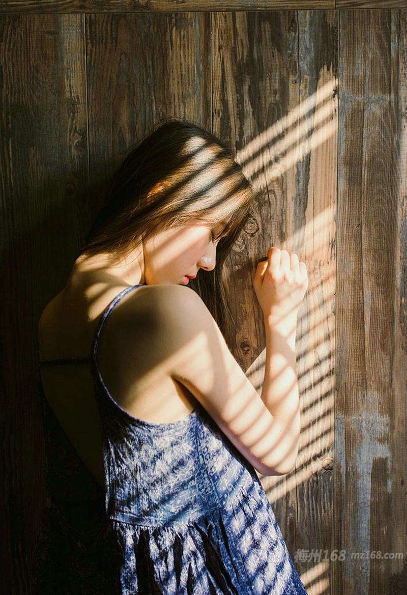 温暖阳光高颜值气质美女吊带露背性感唯美写真