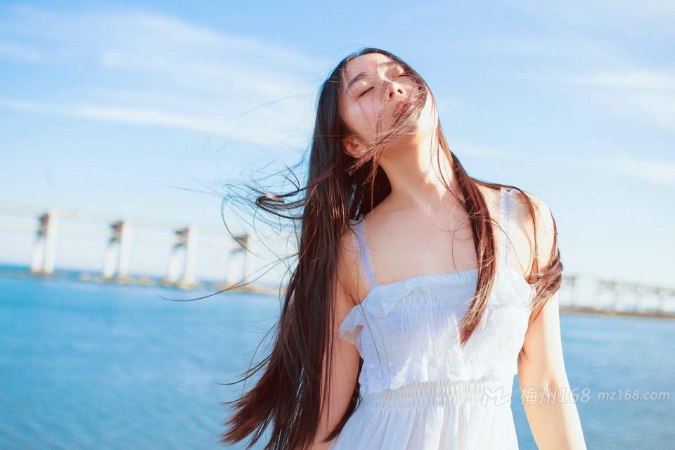 海风吹起长发气质美女温婉动人写真