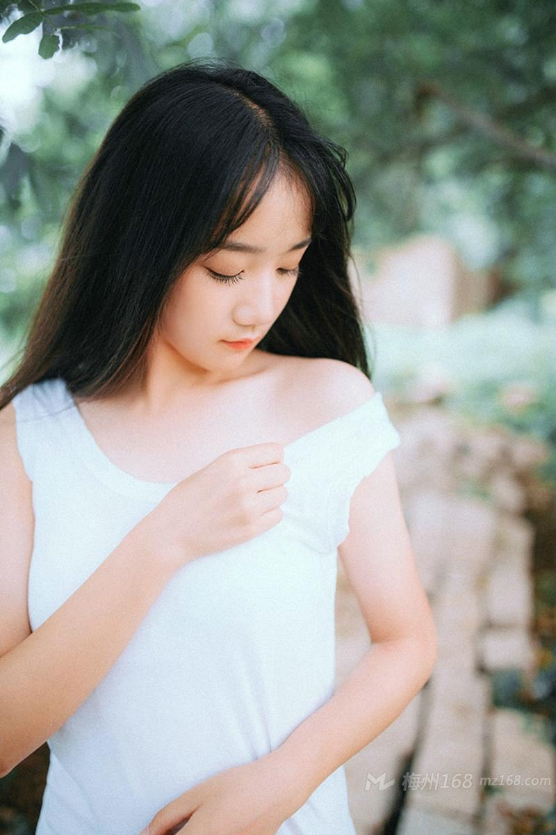 可爱清新平刘海小女生夏日户外写真